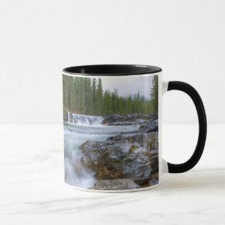 Mug Cascade en rivière de moutons en montagnes