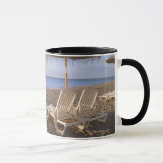 Mug Chaises de plage de sable avec le parapluie