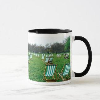 Mug Chaises de plate-forme étendues en parc vert,