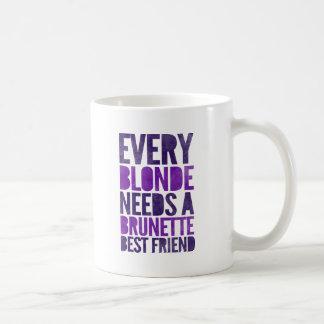 Mug Chaque blonde a besoin d'un meilleur ami de brune