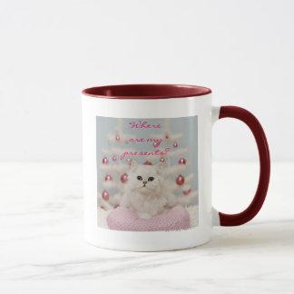 Mug Chat persan se reposant sur le coussin rose
