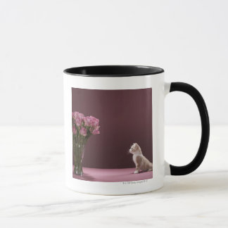 Mug Chaton regardant le vase de roses
