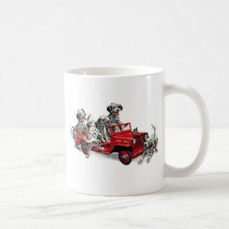 Mug Chiots dalmatiens avec le camion de pompiers