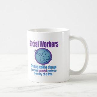 Mug Conception de colombe de paix d'assistant social