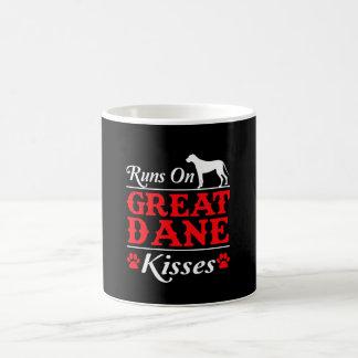 Mug Courses sur le chien de great dane de baisers de