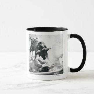 Mug Cowboy sur la terre après être tombé taureau