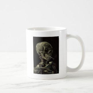 Mug Crâne d'un squelette avec la cigarette brûlante