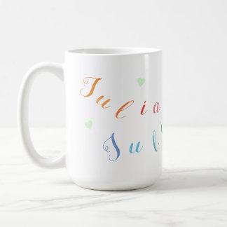 Mug créez les lettres nommées colorées avec des coeurs