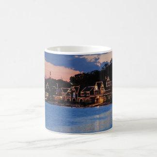 Mug Crépuscule de rangée de Boathouse