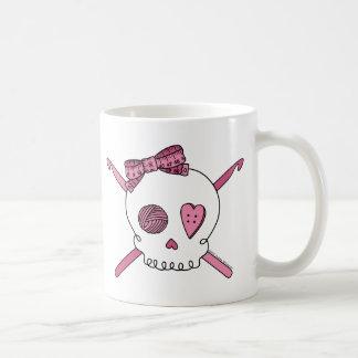 Mug Crochets de crâne et de crochet (rose)
