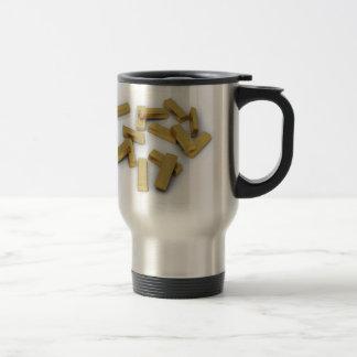Mug De Voyage Barres d'or en vrac sur un arrière - plan blanc