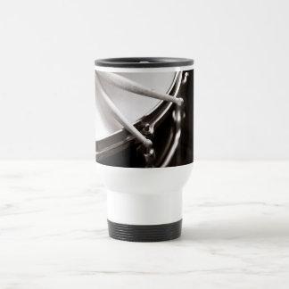Mug De Voyage Bâtons de tambour sur le piège noir et blanc