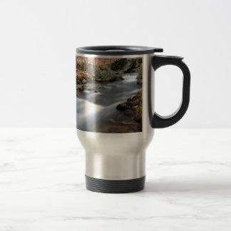 Mug De Voyage courant de forêt de chute