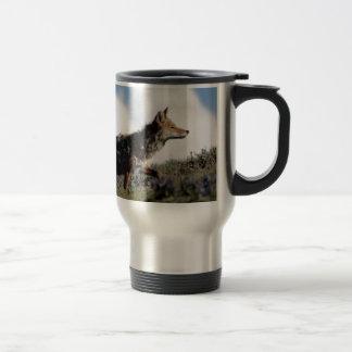 Mug De Voyage Un coyote marche en parc national de Yellowstone,