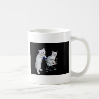 Mug Deux chatons blancs avec le caddie sur black.JPG