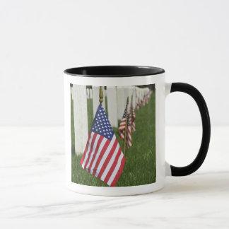 Mug Drapeaux américains sur des tombes des vétérans