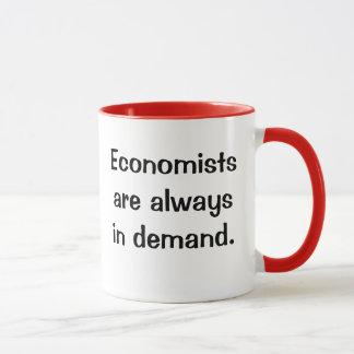 Mug Économistes dans la demande. Slogan plein d'esprit