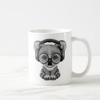 Mug Écouteurs de port mignons du DJ d'ours de koala de