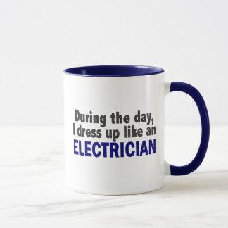 Mug Électricien au cours de la journée