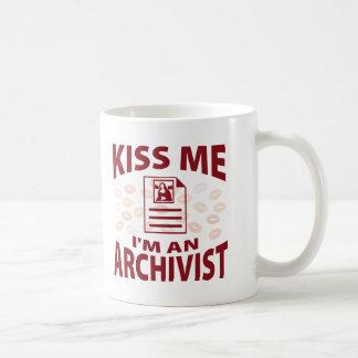 Mug Embrassez-moi que je suis un archiviste