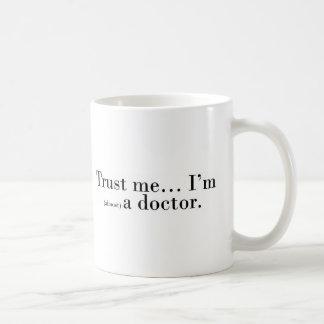 """Mug """"Faites- confiancemoi… Je suis (presque) un"""