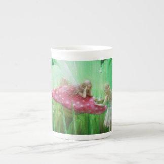Mug Fées rassemblant des gouttes de pluie par Lynne