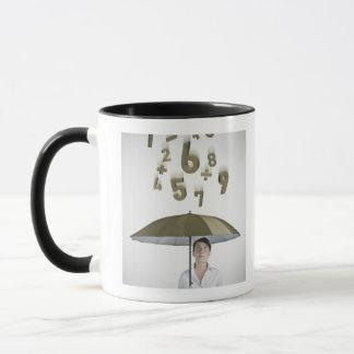 Mug Femme d'affaires sous le parapluie avec des