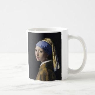 Mug Fille avec une boucle d'oreille de perle par