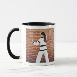 Mug Fille faisant des arts martiaux
