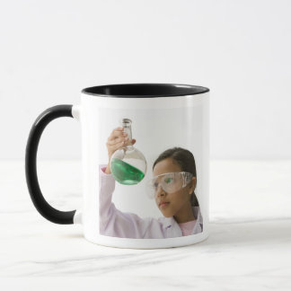 Mug Fille hispanique regardant le liquide dans le