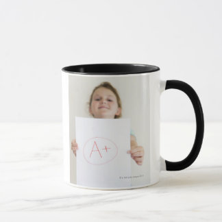 Mug Fille montrant A+ catégorie sur le papier