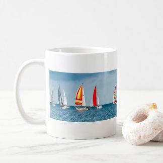 Mug Flotille des bateaux à voile sur une mer de