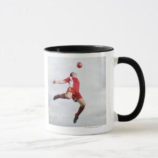 Mug Footballeur et ballon de football dans l'entre le