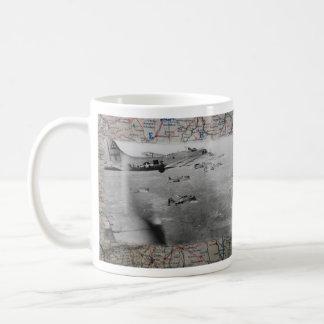 Mug Formation B17 au-dessus de carte de 2ÈME GUERRE