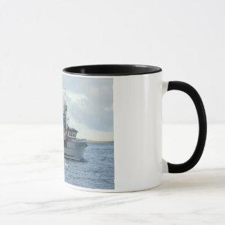 Mug Fox arctique, bateau de crabe dans le port