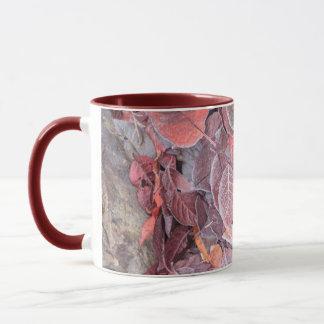 Mug Frost sur le feuille tombé, couleurs d'automne,