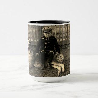 Mug garçon de 1890's s'asseyant sur la photographie de