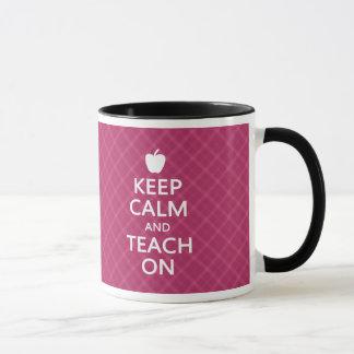 Mug Gardez le calme et l'enseignez dessus, plaid rose