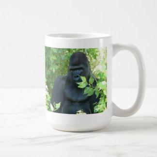 Mug gorille dans le buisson