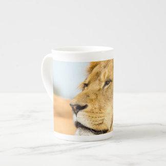 Mug Grand lion regardant loin