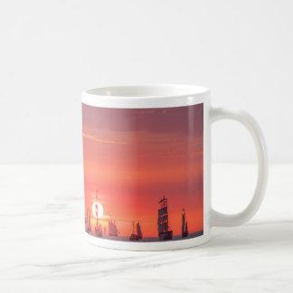 Mug Grand voilier marchand dans le coucher du soleil