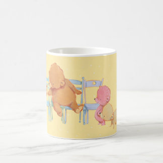 Mug Grands ours de Brown et chaises de la part quatre