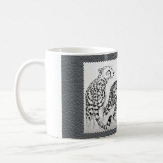 Mug Guépards sur le cuir gris de Faux
