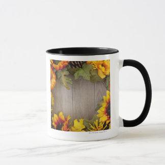 Mug Guirlande d'automne sur l'arrière - plan en bois