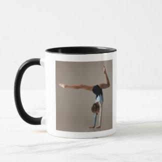 Mug Gymnaste féminin (12-13) exécutant l'appui