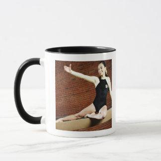 Mug Gymnaste féminin pratiquant sur un faisceau