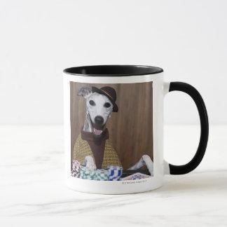 Mug Habillé chien de whippet à la table de jeu