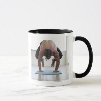 Mug Homme faisant la séance d'entraînement sur le