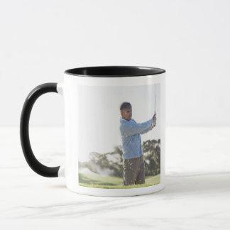 Mug Homme jouant au golf dans le dessableur