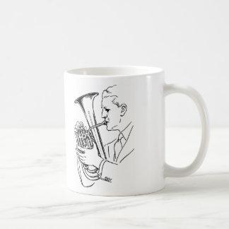 Mug Homme jouant l'instrument de musique d'euphonium